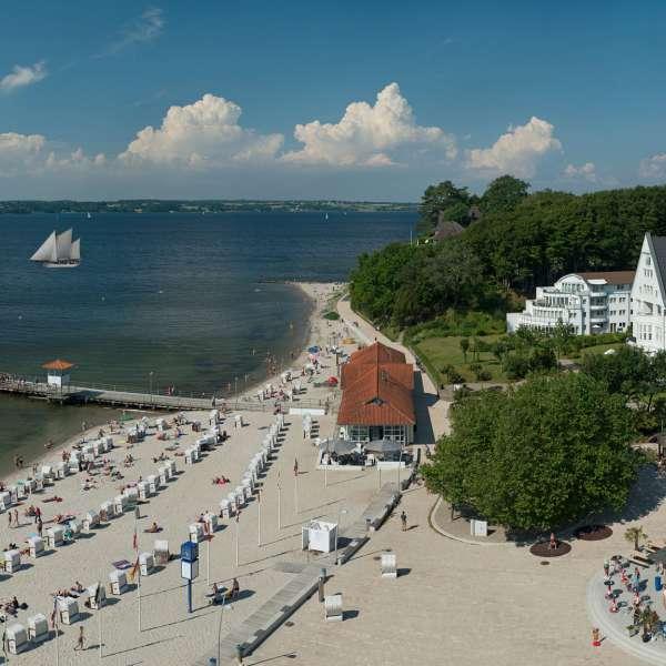 Strandhotel Glücksburg i Lyksborg ved Flensborg med kurstranden og skibsbroen ved Flensborg Fjord
