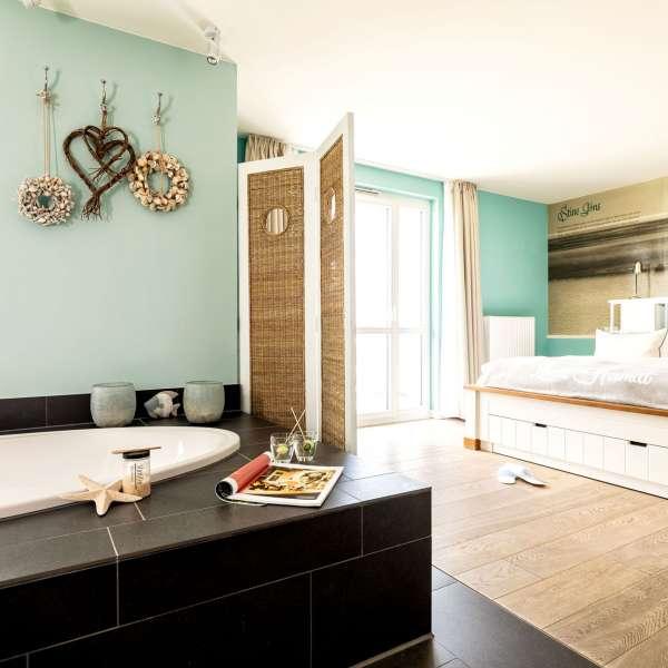 Suite med badekar midt ude i rummet på Hotel Zweite Heimat i Sankt Peter-Ording