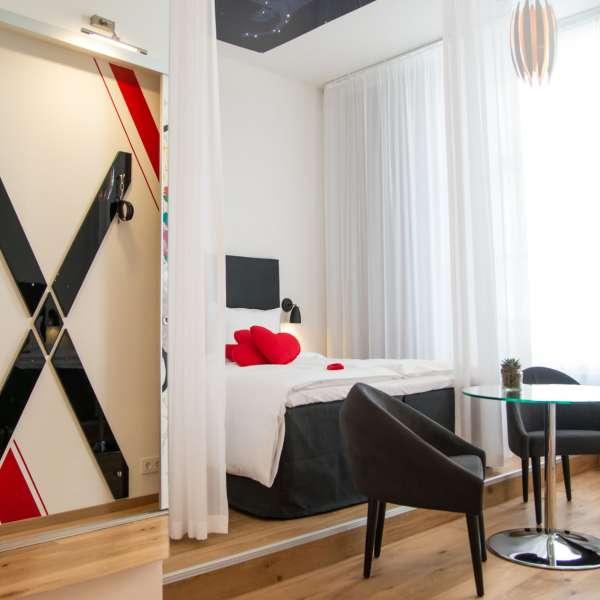 Temaværelse designet i samarbejde med erotikkoncernen Orion på Hotel Alte Post i Flensborg