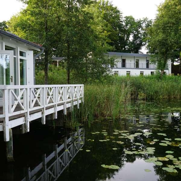 Terrassen ved søen på Jaruplund Højskole ved Flensborg