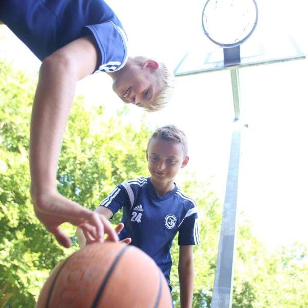 To drenge spillerbasketbold på vandrehjemmet i Flensborg