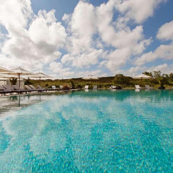 Udendørs pool i klitlandskabet på ferieresorten A-ROSA Sylt på Sild