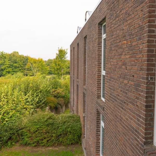 Udsyn ud i det grønne fra et af værelserne på lejrskole og kursuscentret Christianslyst ved Sønderbrarup