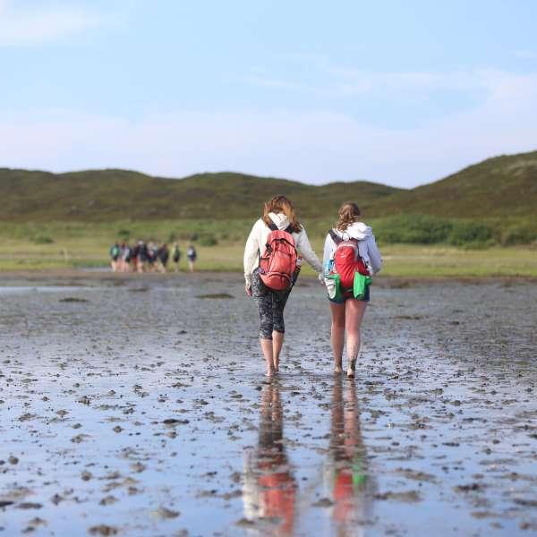 Unge på vadehavsvandring i nærheden af vandrehjemmet i Hørnum på Sild