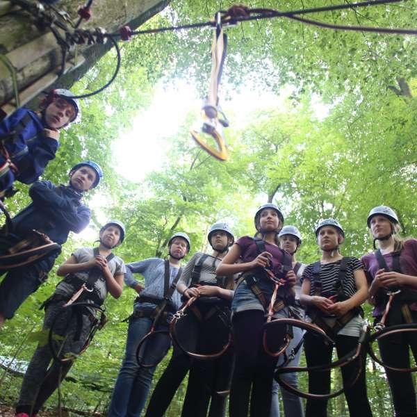 Unge på besøg i klatreparken i nærheden af vandrehjemmet i Slesvig