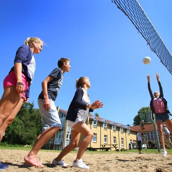 Unge spiller beachvolleybold på vandrehjemmet i Kappel