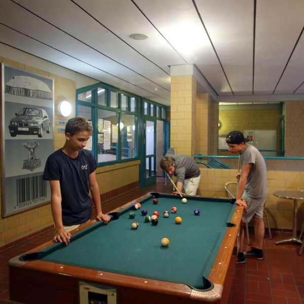 Unge spiller billard på vandrehjemmet i Kappel