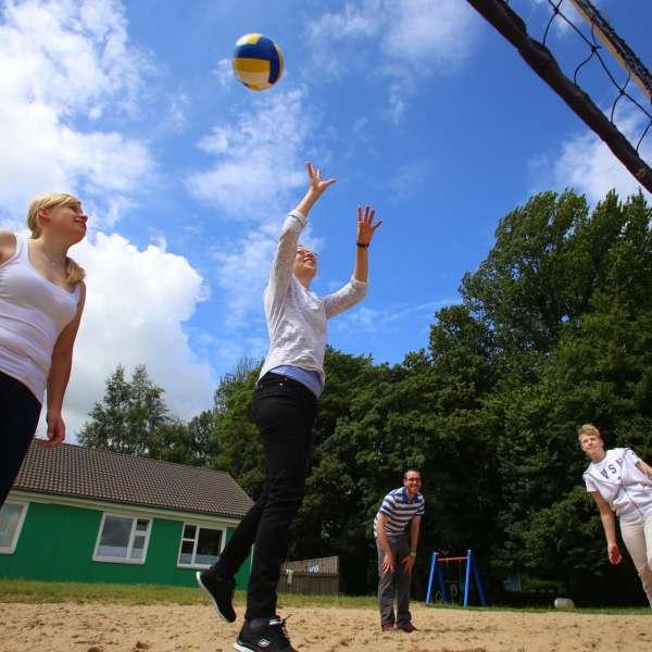 Unge spiller volleybold på vandrehjemmet i Borgvedel ved Slesvig