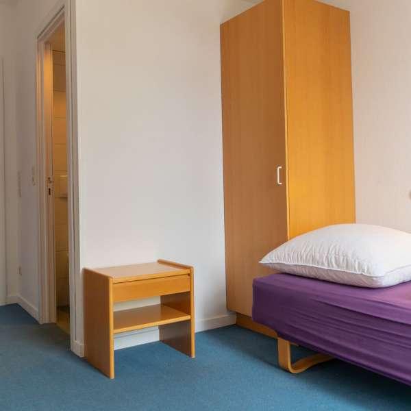 Værelse med glimt af badeværelset på lejrskole og kursuscentret Christianslyst ved Sønderbrarup