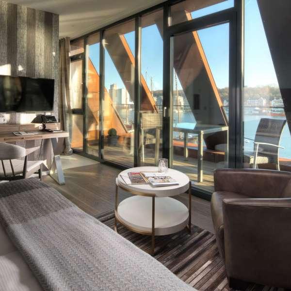 """Værelset """"Fregatte"""" med egen balkon og udsigt over havnen på Hotel Hafen Flensburg i Flensborg"""