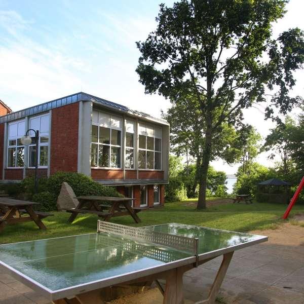 Vandrehjemmet i Egernførde set bagfra med bordtennisbord og legeplads