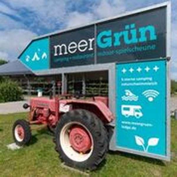 Velkomstskilt på traktor på campingpladsen meerGrün - die Westküsten-Lodge i Tating ved Sankt Peter-Ording
