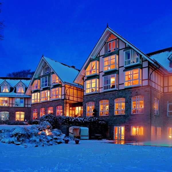 Vitalhotel Alter Meierhof i Lyksborg om vinteren i snevejr i aftentimerne