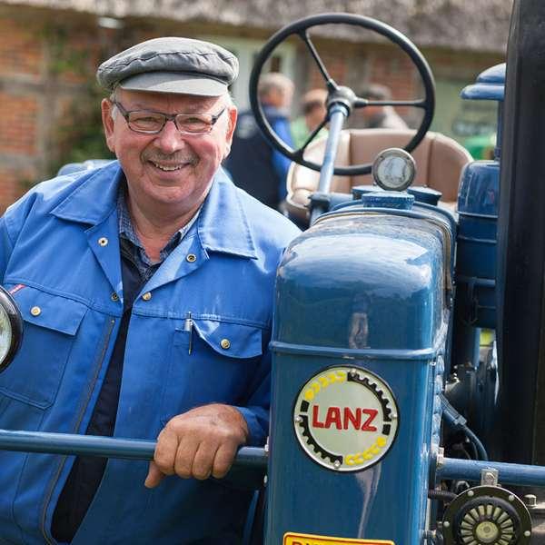 Beboer forklarer funktionerne på en historisk traktor på Landschaftsmuseum Angeln/Unewatt i Unevad