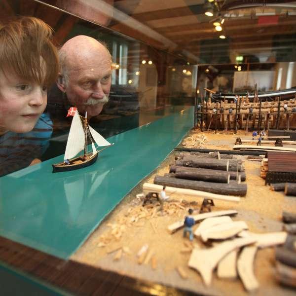 Besøgende beundrer modellen af et skibsværft på Flensburger Schifffahrtsmuseum