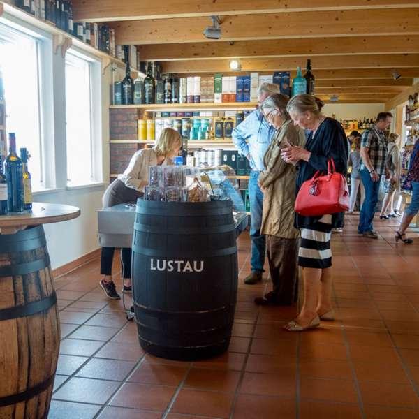 Besøgende kigger på varerne i whiskybutikken på Whisky-museet i Holtbunge ved Rendsborg
