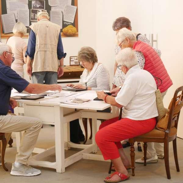 Besøgende på Kobbermølle Industrimuseum beskæftiger sig med emnet socialhistorie