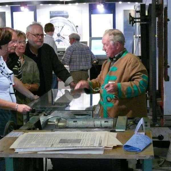 Besøgende i samtale med en guide på Museen im Kulturzentrum i Rendsborg