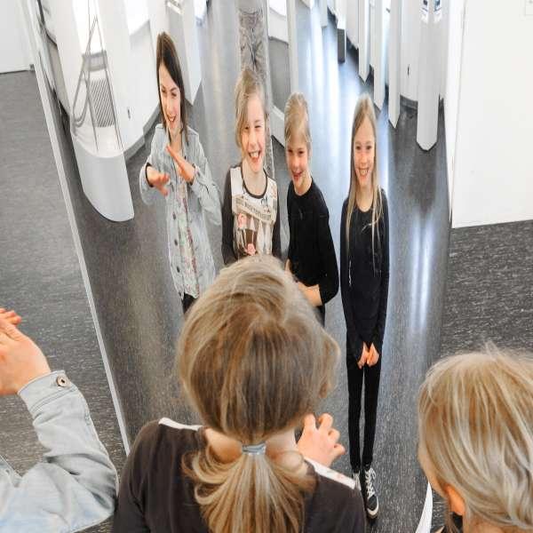Børn iagttager sig selv i de mærkelige spejle på Phänomenta i Flensborg