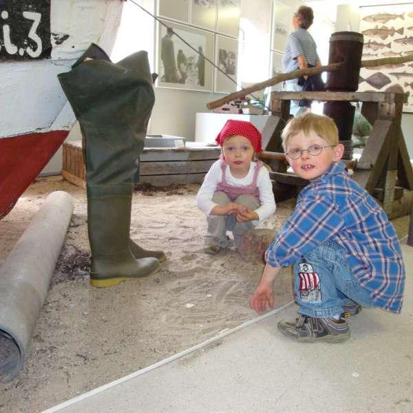 Børn leger i sandet på Landschaftsmuseum Angeln/Unewatt i Unevad