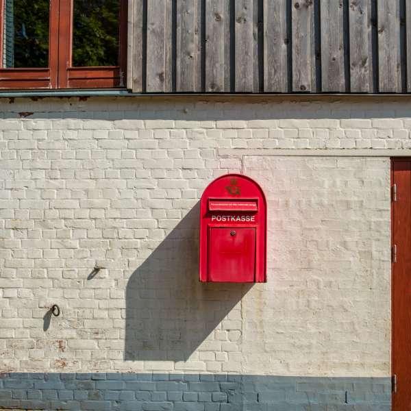 Dansk postkasse på Mikkelberg - Nordisk center for kunst og cricket i Hatsted