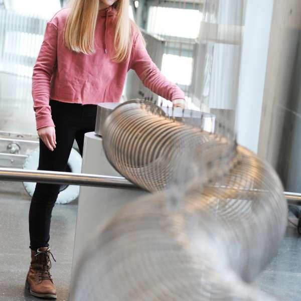Resonanseksperimentet på den store fjeder i Phänomenta i Flensborg: Hvem kan skabe de største udsving?