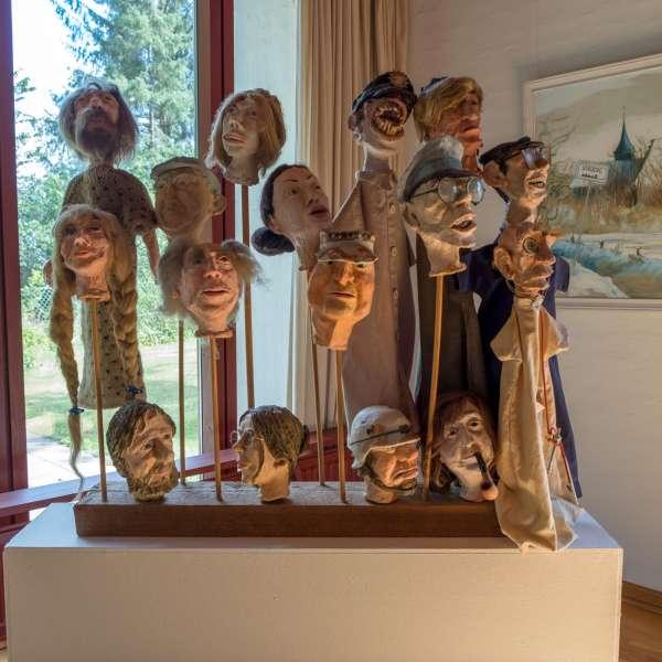 Dukkeudstilling på Mikkelberg - Nordisk center for kunst og cricket i Hatsted