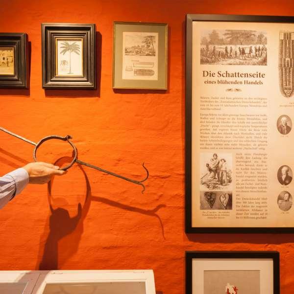 En del af udstillingen omkring slaveriets rolle i Flensborgs historie på Braasch Rum Manufaktur Museum på Røde Gade i Flensborg