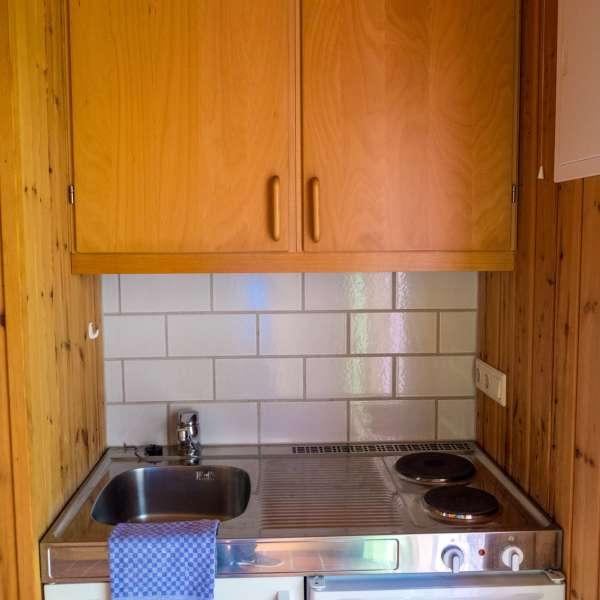 Et lille køkken på en af hytterne på Mikkelberg - Nordisk center for kunst og cricket i Hatsted