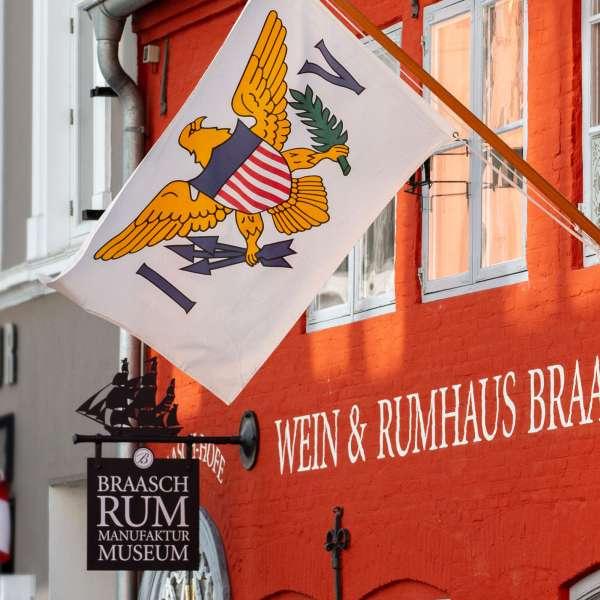 Flaget af de amerikanske Jomfruøer på Braasch Rum Manufaktur Museum på Røde Gade i Flensborg