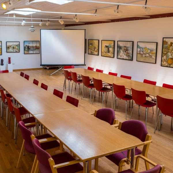 Forsamlingslokale med præsentationsudstyr på Mikkelberg - Nordisk center for kunst og cricket i Hatsted