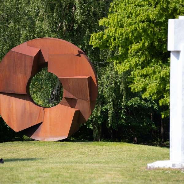 Forskellige skulpturer i skulpturparken på kunstudstillingen NordArt i Bydelstorp