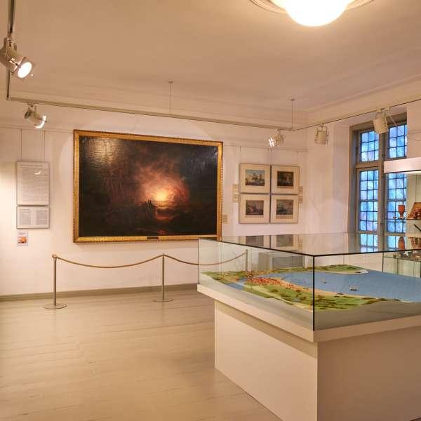 Forskellige udstillingsgenstande omkring slaget i Egernførde Fjord på bymuseet i Egernførde