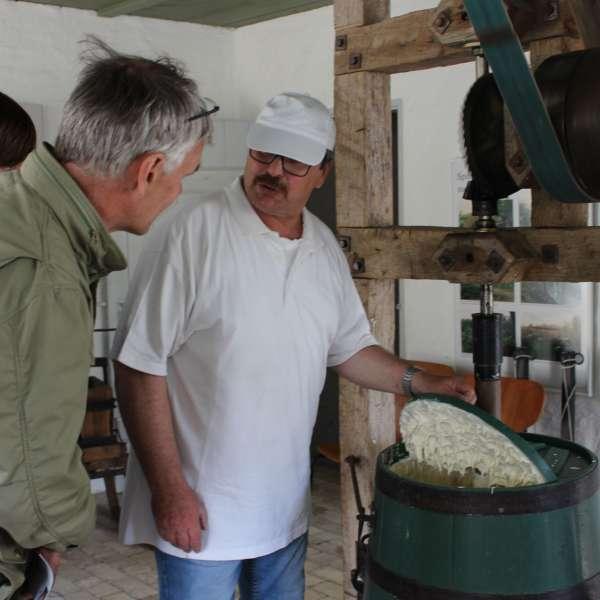 Gæster lærer hvordan man lavede smør i gamle dage på Landschaftsmuseum Angeln/Unewatt i Unevad