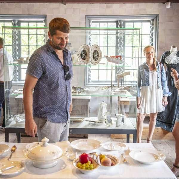Gæster på Museum Landschaft Eiderstedt beundrer porcællanudstillingen