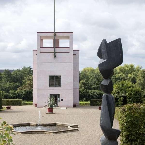 Globushuset i barokhaven med skulptur i forgrunden på Gottorp Slot
