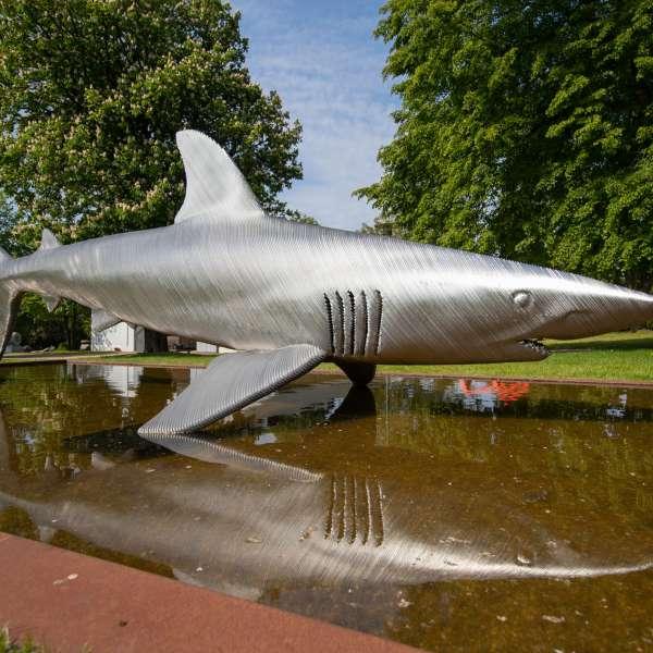 Hajskulptur i skulpturparken på kunstudstillingen NordArt i Bydelstorp