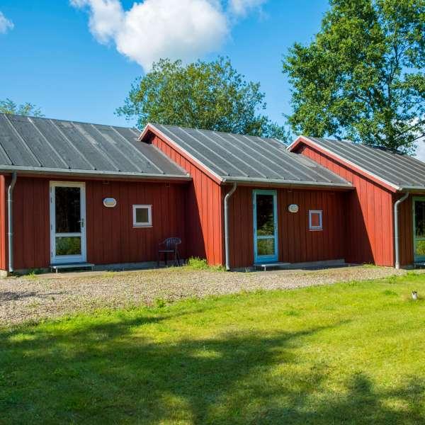 Hytterne set bagfra på Mikkelberg - Nordisk center for kunst og cricket i Hatsted