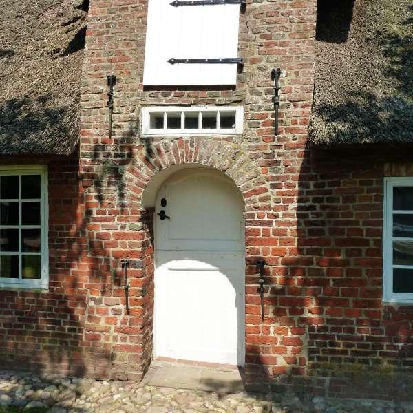 Indgangen til det utlandfrisiske hus med stråtag som huser Friesisches Museum i Nibøl