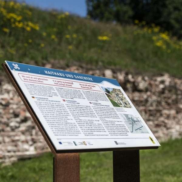 Infotavle foran Valdemarsmuren på Danevirke Museum i Danevirke ved Slesvig