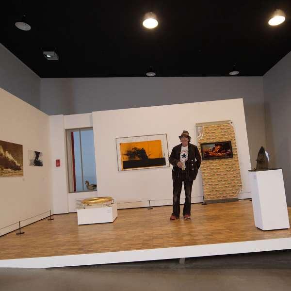 Installation med en mand i et skrådt udstillingsrum på kunstudstillingen NordArt i Bydelstorp
