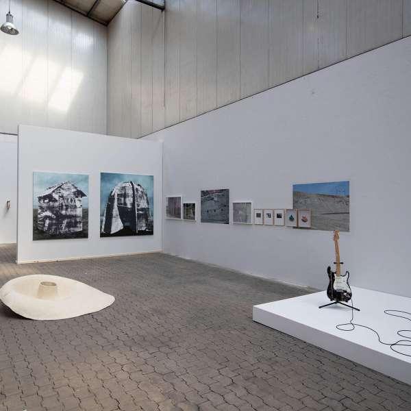 Installation med guitar og forstærker samt andre kunstværker i baggrunden på kunstudstillingen NordArt i Bydelstorp