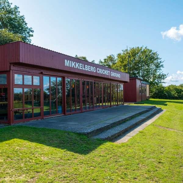 Endnu et billede af klubhuset på Mikkelberg Cricket Ground