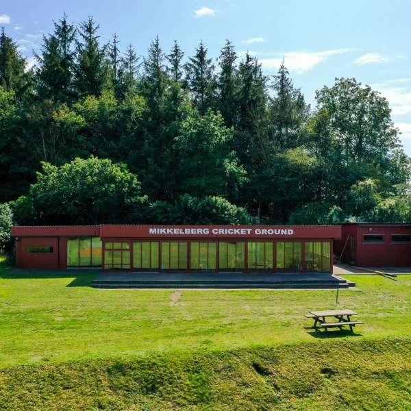 Klubhuset på Mikkelberg Cricket Ground i Hatsted