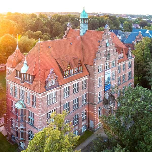 Luftbillede af hovedbygningen på Museumsberg i Flensborg