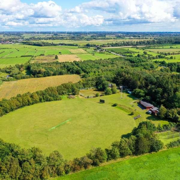 Mikkelberg Cricket Ground i Hatsted set fra luften