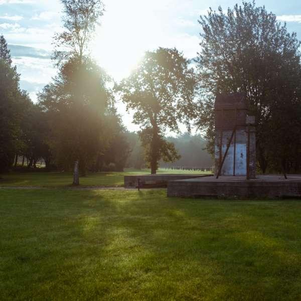 Parkarealet med rester af historiske bygninger på KZ-Gedenkstätte Husum-Schwesing