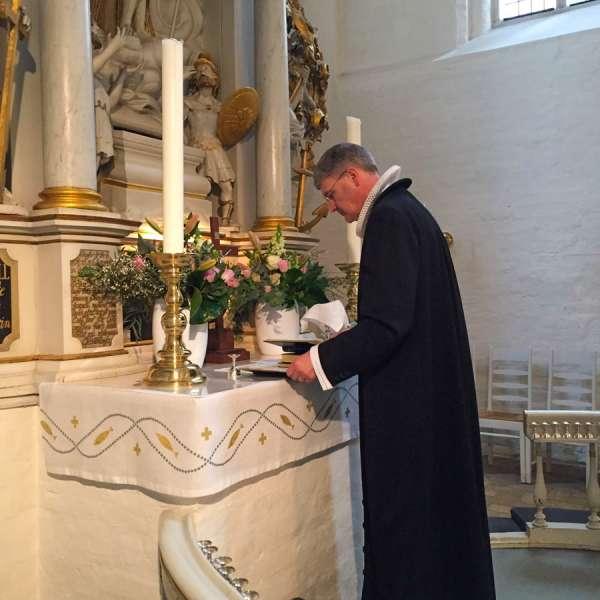 Provst Hasse Neldeberg Jørgensen foran alteret i Helligåndskirken i Flensborg