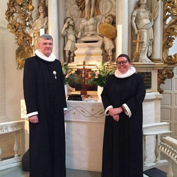 Provst Hasse Neldeberg Jørgensen og præst Mai-Britt Josephsen Knudsen foran alteret i Helligåndskirken i Flensborg