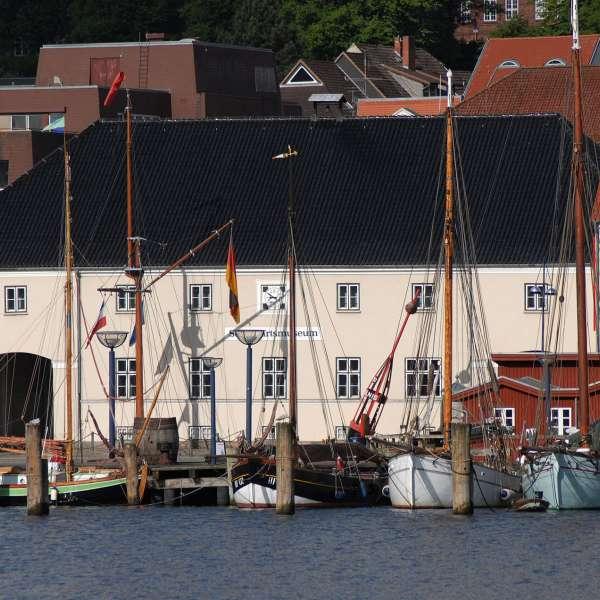Flensburger Schifffahrtsmuseum set fra den anden side af Flensborg Havn